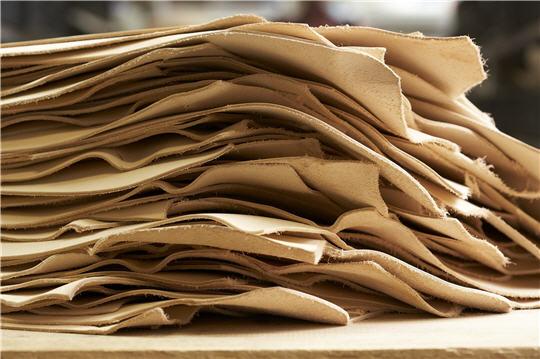 l 39 atelier louis vuitton asni res le cuir tann. Black Bedroom Furniture Sets. Home Design Ideas