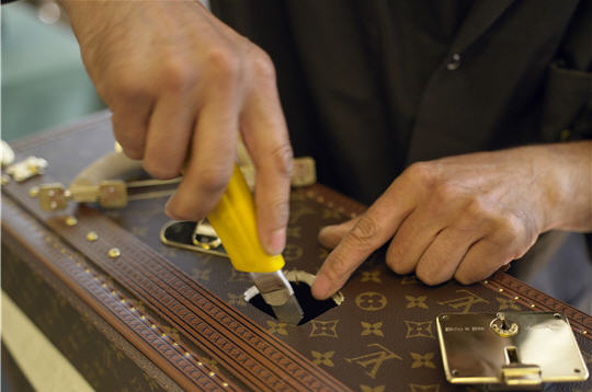l 39 atelier louis vuitton asni res le positionnement des
