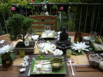 une table zen au jardin. Black Bedroom Furniture Sets. Home Design Ideas