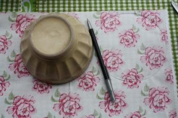 Poser le grand bol sur lenvers du tissu à fleurs et, à laide dun stylo, prendre lempreinte du bol à cinq reprises.