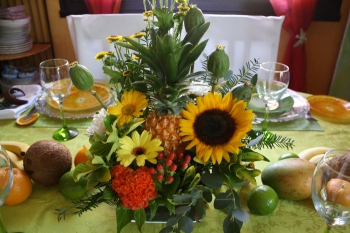 la pice centrale de la table est la compositions florale que jai confectionne avec un ananas une fleur de tournesol des crtes de coq des pavots - Deco Table Exotique